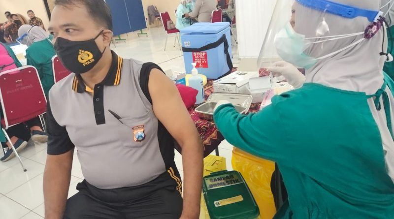 Ratusan Anggota Dan ASN Polres Magetan, Jatim Jalani Vaksinasi COVID-19